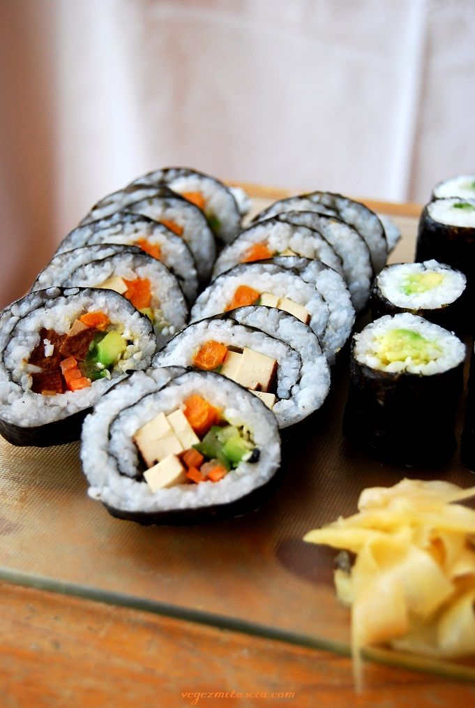 Futomaki with smoked tofu, avocado, sweet potato and carrot | sushi | vegan | Vege z Miłością | vegezmiloscia.com
