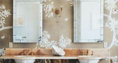 House Beautiful - La vanità matrimoniale con carta da parati dipinta a mano.