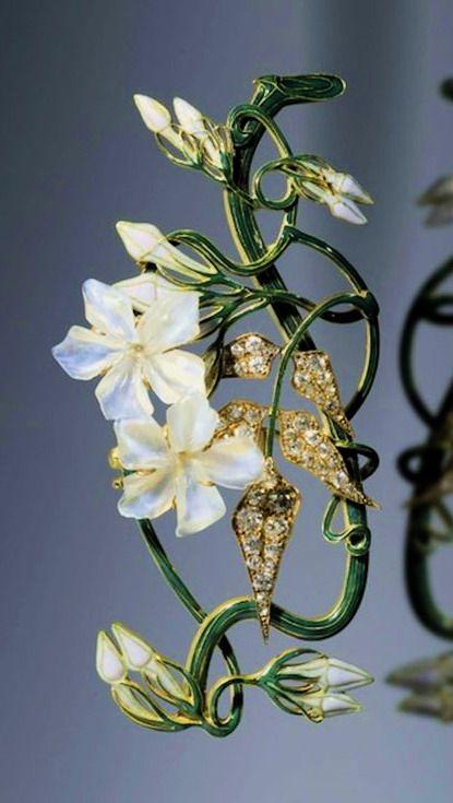 Prendedor con forma de jazmín- Lalique. Hermoso