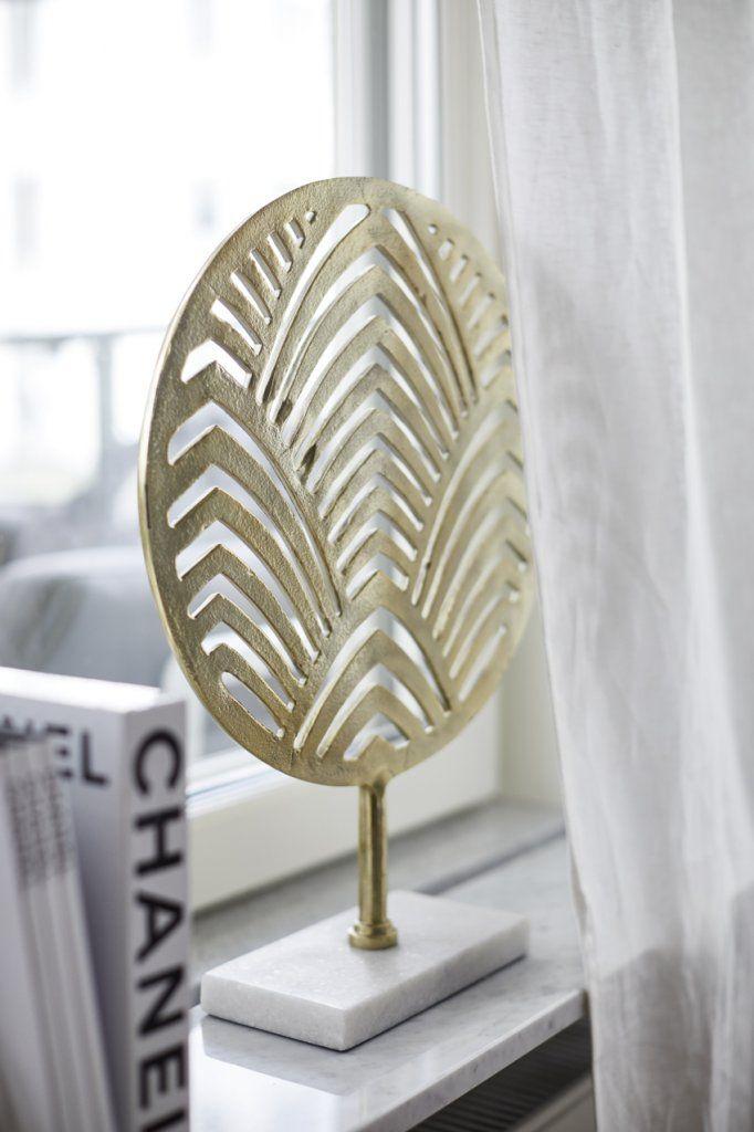 Dekoration Palm Beach goldär en maffig skulptur i guld på marmorfot. Skulpturen är lika fin som insynsskydd på fönsterbrädan, eller som ett fristående objekt på en byrå eller bänk.  Mått: H50, B37, D10cm.  Material: Mässing, Aluminium i guldfärg.