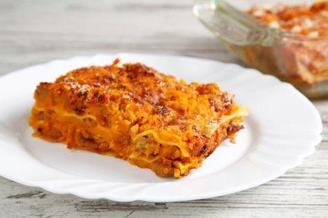 Le lasagne alla zucca con salsiccia per un primo piatto autunnale realizzato seguendo la ricetta originale delle lasagne, con qualche interessante variazione!