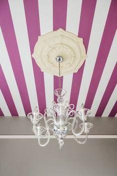 Radiant Orchid - righe bianche e viola per il soffitto - #interior #design #color