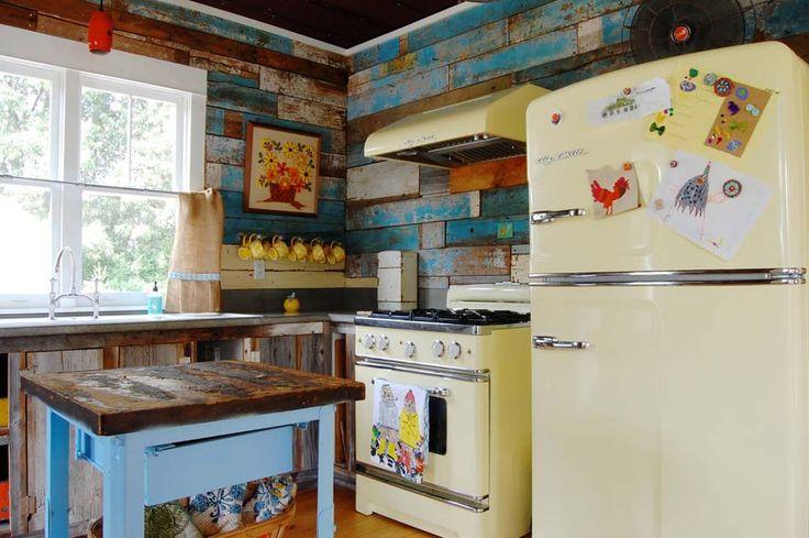 Bois brut écaillé pour cette cuisine d'une demeure secondaire en pleine nature