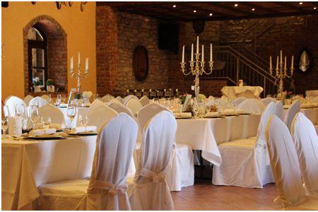 Silberne Kerzenständer in einer Scheune als Hochzeitsdekoration ...