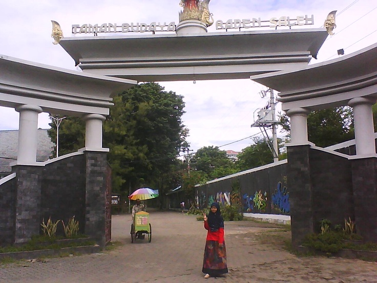 It's the entrance gate to Taman Budaya Raden Saleh. It's one of community space in Semarang. They frequently held Wayang shows and music concert. (Pardon my limited English...)