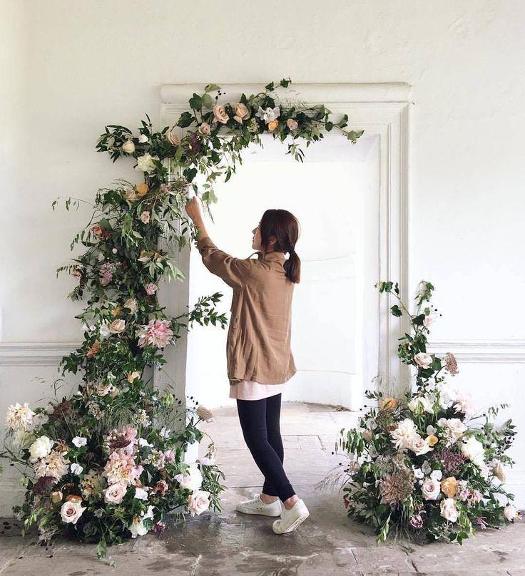 """469 curtidas, 5 comentários - Decor&Rent (@decorrent) no Instagram: """"Montagem de entrada com flores.Um charme para as decorações românticas ⚘ : #miniwedding…"""""""