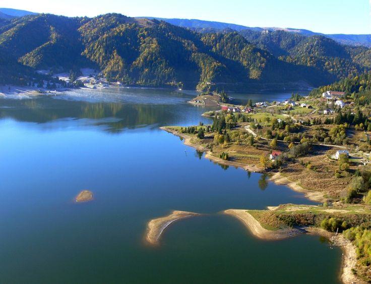 Lac de acumulare, de la Barajul Colibița, în jurul căruia s-a dezvoltat o stațiune turistică.
