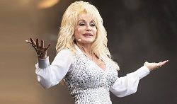 Американская кантри-певица Долли Партон (Dolly Parton) сообщила о том, что этой осенью выпускает свой первый альбом с песнями для детей. Релиз, получивший название «I Believe in You», появится в цифровом виде 29 сентября и выйдет 13 октября на физических носителях. В своём Твитт