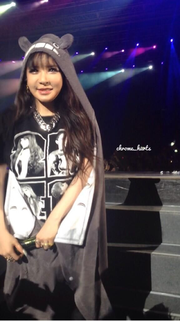 She is so cute!! She is so nice to!! I just love everything about 2NE1!! FIGHTING!!