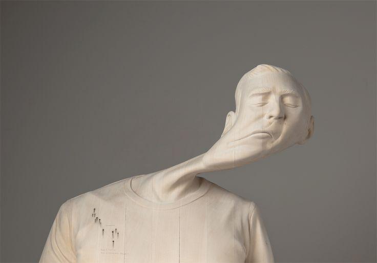 Paul Kaptein produit des sculpture de bustes en bois qui semblent subir des distorsions dues à des interférences ou à une mauvaise réception du signal.