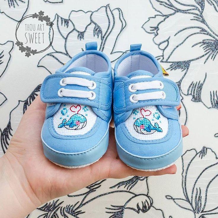 Детские тапочки с ручной вышивкой «Китенок». Цена: 1100₽  Длина стопы – 12 см #хэндмейд #ручнаяработа #рукоделие #подарки #декор #вышивка #handmade #handwork #craft #creative #stylish #gifts #crossstitch #stitch #обувь #footwear #shoes