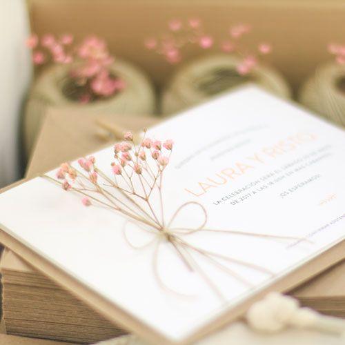"""La invitación de bodas """"LAVANDA CHIC"""" es perfecta para bodas románticas, nostálgicas, campestres… Es una invitación de boda llena de detalles y aromas que no dejará indiferente a ningún invitado.Personalizaremos la invitación con vuestro texto y los colores que más os gusten.PRECIOS50 invitaciones - 6,40€ /ud. 75 invitaciones -5,00 € /ud. 100invitaciones - 4,20 € /ud. 125invitaciones -3,85 € /ud. 150invitaciones -3,50 € /ud. 175 invitaciones -3,30 € /ud...."""
