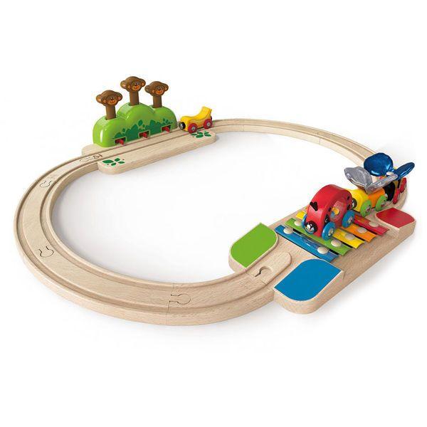 Vías de juego de trenes de la marca Hape que ayuda a desarrollar los sentidos e inspirar la creatividad en los pequeños de la casa mientras disfrutan recorridos en tren. Un circuito cuyos protagonistas es el juego de los monos saltarines y las vías xilófono. Cuando el tren pase por ellas desatará la atención de …