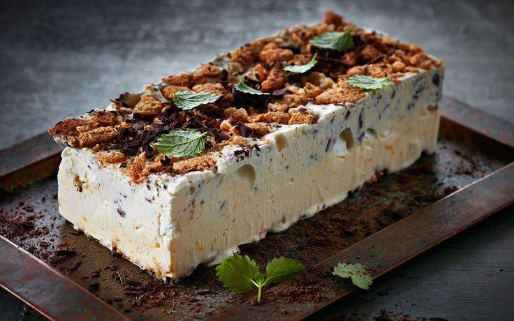 En festlig isdessert lavet på kvark, der gør smagen frisk og let. Semifreddoen er krydret med appelsinskal og mørk chokolade og  gemmer på sprøde overraskelser af makron og marengs.
