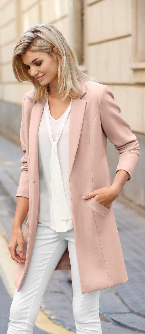 Ein elegantes Outfit, dass in jeder Stadt der Welt für Begeisterung sorgt: Hier verbinden sich Weiß und Pastellfarben zu einer harmonischen Kombination. Den Longblazer ziehst du einfach aus, wenn die Sonne rauskommt – und genießt in Jeans und Blusentop den Cappuccino im Straßencafé.