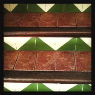Escaleras y azulejos