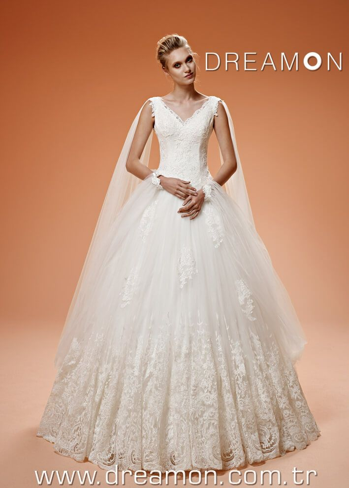 Model : Wendy İşlemeli dantelleri ile V yaka prenses gelinlik modeli. Etekte yer alan özel kenar danteli çok zengin duruyor. Sırt gelişi derin V şeklinde. Omuzlardan bileklere uzanan tül bölüm ile Wendy modelinin içinden çok mutlu hissedeceksin.                                  www.dreamon.com.tr #dreamon #gelinlik #bridals #wedding #dress #love #best #faiytale #wendy #collection #gelinlikmodelleri #2015bridals