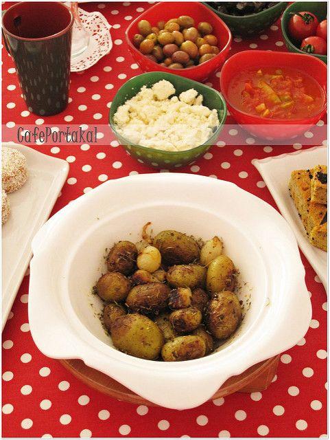 Bayıldık biz bu küçük patateslere.Bebek patates deniyor kendilerine.Yemesi çok keyifli.Kahvaltı için fırın poşetinde bol arpacık soğan i...