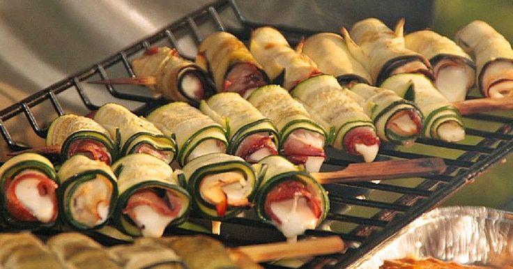 Low Carb Rezepte: Gegrillte Zucchiniröllchen (total lecker und ein Hit bei jeder Grillparty)