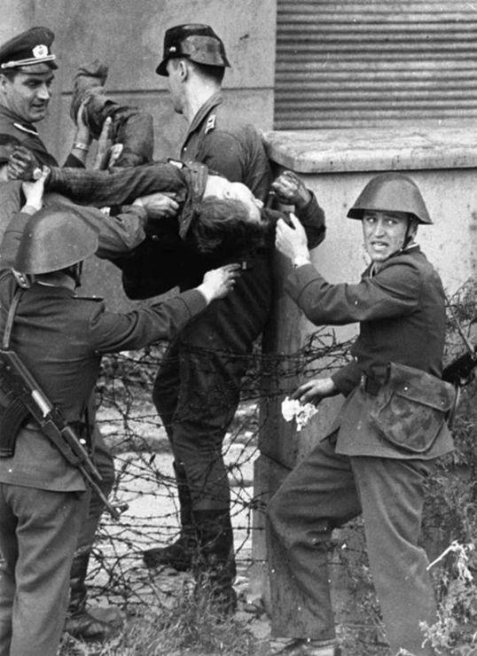 Foto genomen in 1962 van Peter Fechter die wordt weggedragen door DDR soldaten