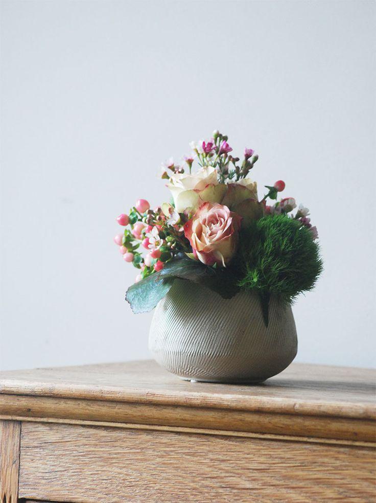 Potje gevuld met rozen en lentegroen