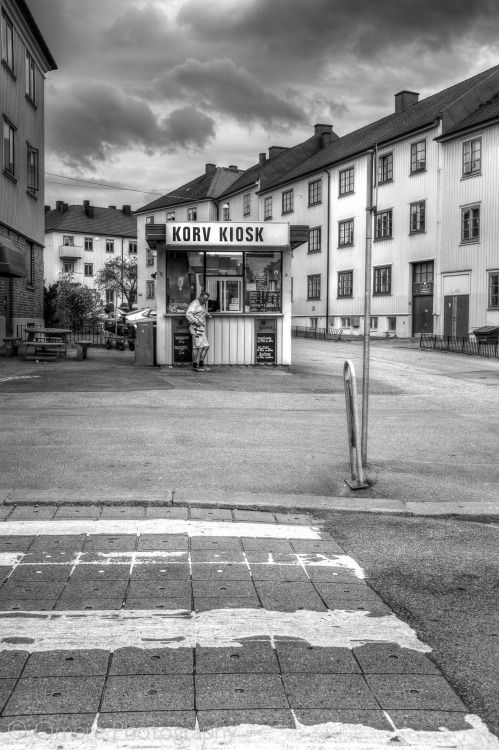 Waiting for a korv. Mariaplans Korvkiosk, Mariagatan, Majorna, Göteborg, Sweden.