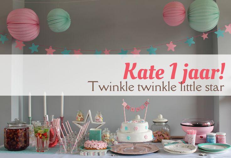 Eerste verjaardag Kate. Tweeënhalve week geleden werd Kate 1 jaar. Het thema was 'Twinkle Twinkle little star', of eigenlijk gewoon een sterrenthema met als kleuren roze, turquoise, wit en goud wink-emoticon Ik maakte een mooie sweet table. Kijken jullie mee hoe het geworden is?