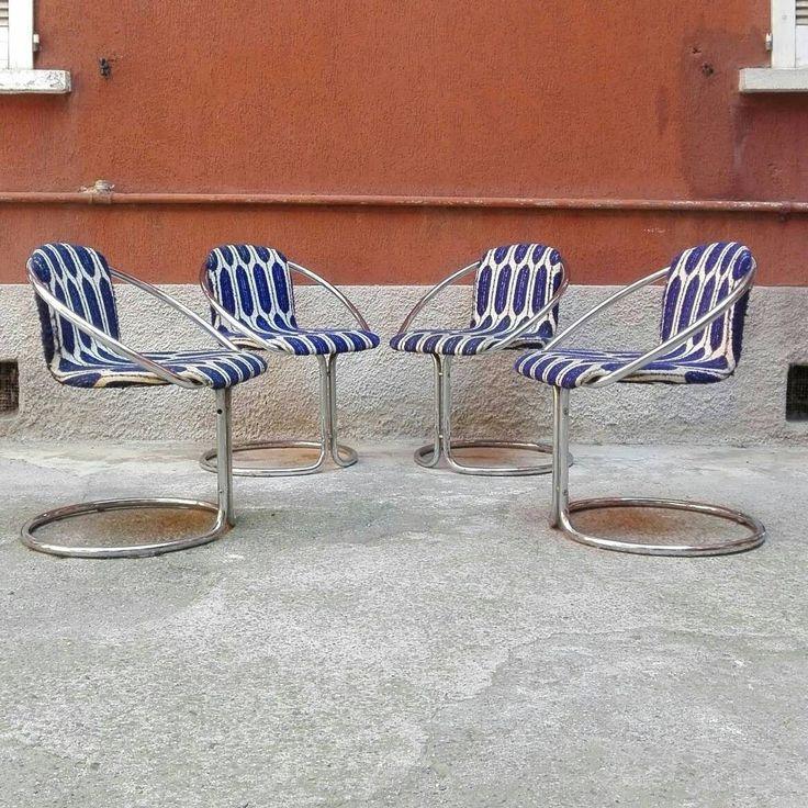 Set di sedie anni 70 in tubolare cromato e tessuto con fantasia bianco e blu dello stesso decennio, in condizioni vintage.  #magazzino76 #viapadova #Milano #modernariato #vintage, #design #industrialdesign #industrial #industriale #furnituredesign #furniture #mobili #viapadovadesign  #mobilianni70 #anni70  #modernfurniture #antik #antiquariato  #sedie #acciaio #biancoeblu #chairs