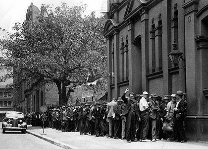 Soup kitchen queue in Sydney during the Depression