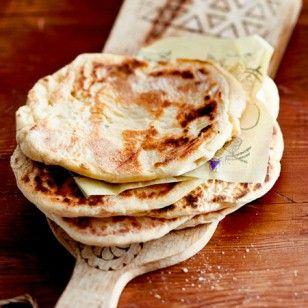 Das Besondere an Naan-Brot ist der mit Joghurt zubereitete Hefeteig. Wir erklären Schritt für Schritt, wie Sie die indischen Teigfladen selber backen.