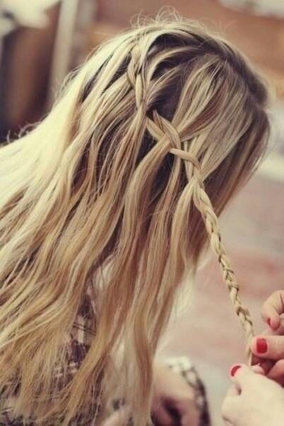 СРЕДСТВО №1 ОТ СЕКУЩИХСЯ КОНЧИКОВ!  Тщательно расчешите волосы и заплетите в 2 косы, на кончики нанесите персиковое масло и витамин А (он же ретинола ацетат) и оставьте так на 2-4 часа, затем помойте голову и нанесите на волосы (с середины длины) мед смешанный с бальзамом для волос в пропорциях 1:1. Укутайте голову в полителеновый пакет, сверху полотенцем. Оставьте на 1-1,5.  Результат: Ухоженные и блестящие волосы,отлично питает и восстанавливает поврежденные волосы!