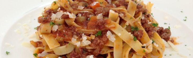 Ragu alla Bolognese is misschien wel het meest authentieke pasta recept wat nog bekend is. Wil je dit zelf bereiden? Het traditionele recept vind je hier!