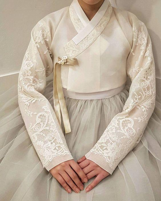 """디테일이 다른 한복더단 ᆞ ᆞ #레이스한복#정석 #더단스타일 #가봉사진#고급스런 #레이스저고리 #럭셔리한#한복 #한복스냅#명품한복 #신부한복#어머님한복…"""""""