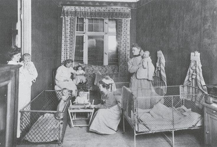 """Deutschland um 1900 - Aussenseiter: geschiedene Frauen, ledige Mütter - Photographie """"Im Heim für ledige Mütter in Berlin-Westend"""""""