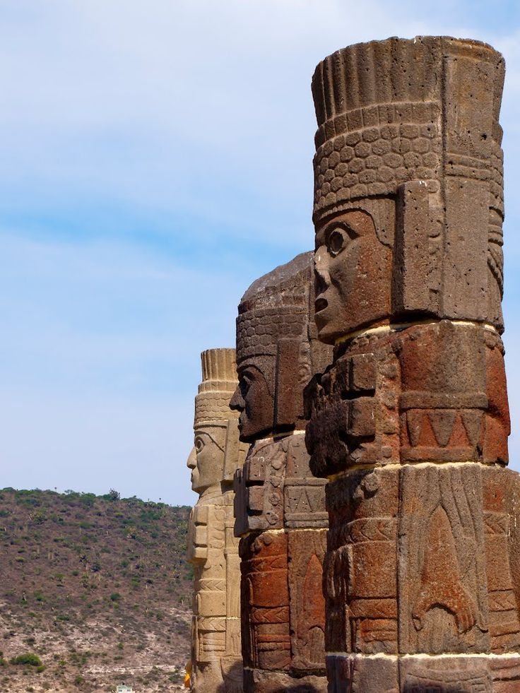 """""""Los Atlantes"""" de Tula, son columnas de una sala de techumbre plana, característica de la arquitectura del Altiplano. cada una de ellas está representando a los guerreros toltecas portadores del  """"ATLATL"""" (de ahí en nombre de atlantes)  lanzadera o estólica, arma propulsora muy utilizada por las culturas precolombinas mesoamericanas. Período Posclásico  Cultura Tolteca, Hidalgo, México. mcba."""