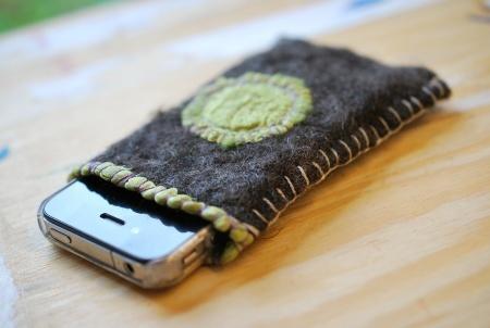 Mobillomme - tovet i mørkegrå ull med grønn silkesol