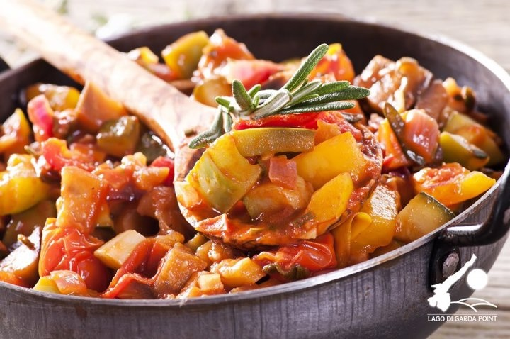 Peperonata della tradizione - I Gusti del Garda - Ricette - Ricetta completa qui: https://www.facebook.com/notes/lago-di-garda/peperonata-della-tradizione-i-gusti-del-garda-ricette/433970330023240
