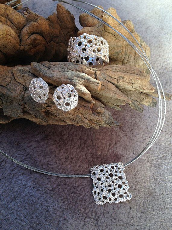 Conjunto de anillo, colgante y pendientes de plata de ley texturados. Hechos a mano