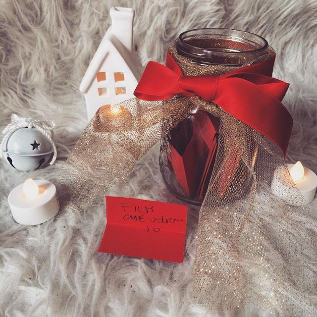 """Chi l'ha detto che il Calendario dell'Avvento è solo per bambini? Mamma riccio e papà riccio hanno scritto 12 bigliettini a testa per un totale di 24 attività da fare in coppia, aspettando il Natale. Ieri è uscito """"abbracci"""", oggi """"film che voglio io"""" ossia che vuole lui... Mi attende una serata all'insegna di supereroi e guerre spaziali😅 _________ #calendariodellavvento #december #dicembre #natale #christmasforkids #xmas #womomsxmas #notonlymama #mammeaspillo #mammeitaliane #mammecreative…"""