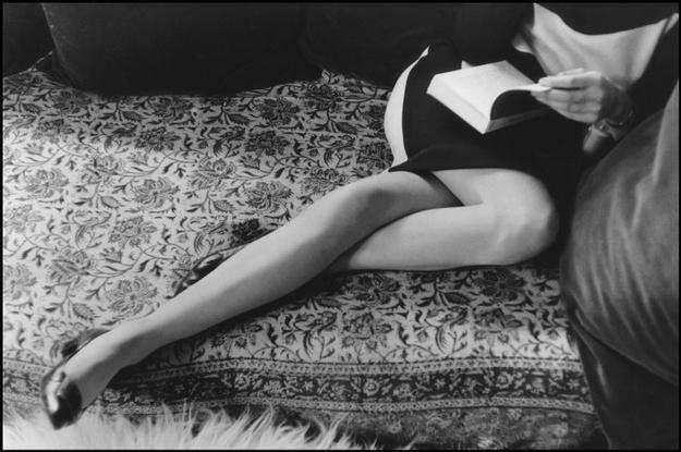 Me estoy aficionando a leer todo aquello que no me conviene. Soy consciente de mi error cuando ya es demasiado tarde y una guerra perdida dejar de leer. Cuando advierto que todos hablan de mí. No ponen mi nombre, claro que no. A veces soy María y otras Juliette. (by ge minúscula) (photo: Martine's legs, by Henri Cartier-Bresson, 1967)