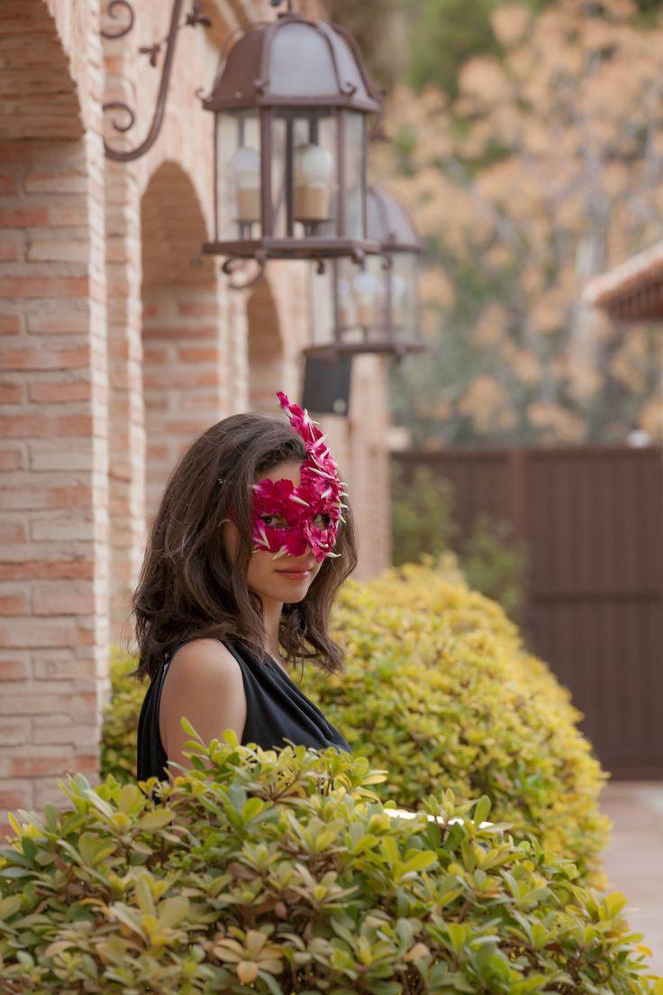venecian mask made of carnation #timoboltefloraldesign #luxuryflowers #flowers #floralfashion #flowercrown #bridalwork #wedding #floraldesign
