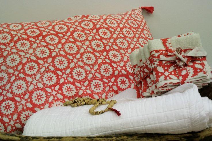 Coussin corail, couvre-lit blanc en coton lavé...