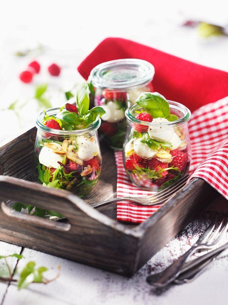 Salat mit Himbeeren, Mozzarella und Pinienkernen