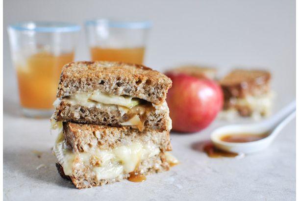 apple caramel cheese sandwiches.      外はカリッと、中からはりんごの酸味と甘いカラメルがとろーり。森の中で三つ編みの少女が切り株に腰掛けて食べている。まるで外国の絵本...