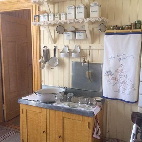 Köket i järnhandlarbostaden. Det här köket har jag sett på bild massor av gånger och det är så fint. Kul att se det på riktigt. #skansen#sekelskifte#byggnadsvård#ådringsmålat#björkådring#kök#köksredskap#gamlakök