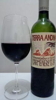 Um vinho fraco, que parece ficar muito pesado no álcool e tira toda a graciosidade do vinho, sabores característicos até é sentido, mas de forma um tanto superficial, que não consegue tirar a má impressão que o vinho deixa no geral.  #Terra #Andina #Carménère #2016 #vinho #bebida #alcoólica #álcool #uva #seco #rosca #Chile #chileno #ClubeW #GuiasLocais #LocalGuides #XinGourmet