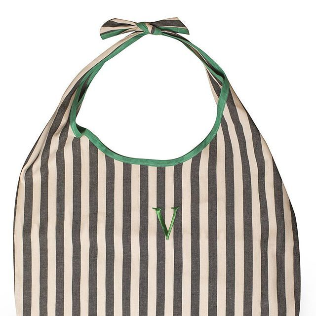 Coast to Coast in Green Theme 🍃 Bag in tessuto resistente, stampa a righe grigio/panna con dettagli verdi 🍃 #madeinitaly #italy #fashionph #fashionbag #voilà #ss17collection #ss17
