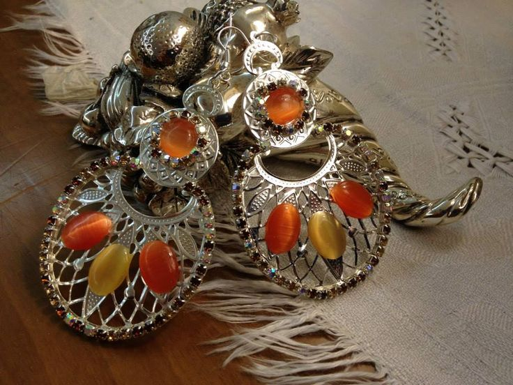 ORECCHINI in filigrana argentata con cabochon in opale di vetro e giro di strass in cristallo AB.