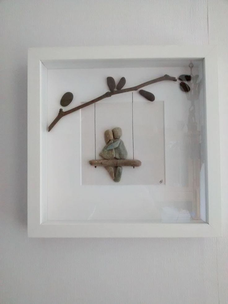 Verliefd stelletje op een schommel, Pebble-art; kiezeltjes en hout op passepartoutkarton (€ 40,00)