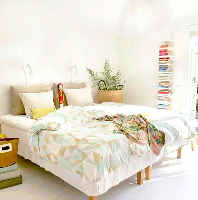 Härlig fredag på er!  Hoppas du får en fin helg med möjlighet till återhämtning och sovmorgon (och om inte så kanske nästa vecka!)   #sovmorgon #helg #weekend #sleeping #sleepin #inredning #inredningsinspo #interiors #interiordesign #bed #bedroomdecor #bedroominspo #bedrooms #sovrumsinspo #sovrumsinspiration #hem #heminredning #heminredningsinspo #säng #sova #sleep #relaxation